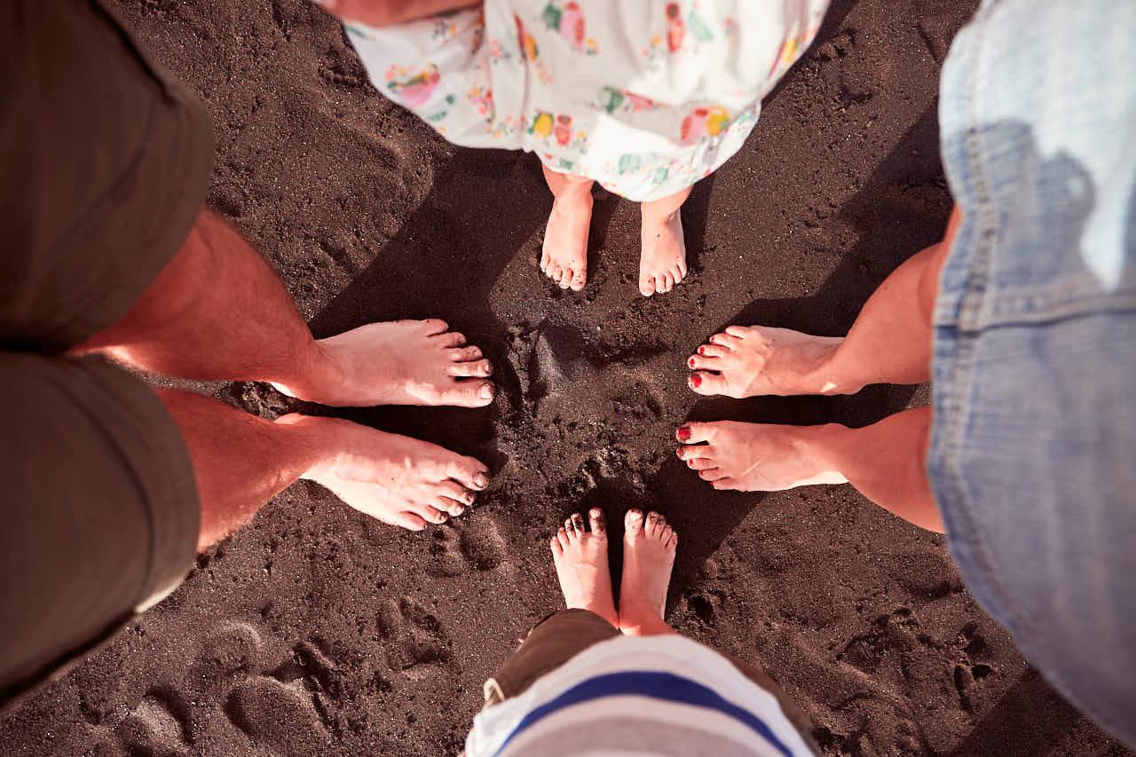 barfuß im warmen Sand beim Shooting mit Deutscher Fotograf Teneriffa und Kanaren