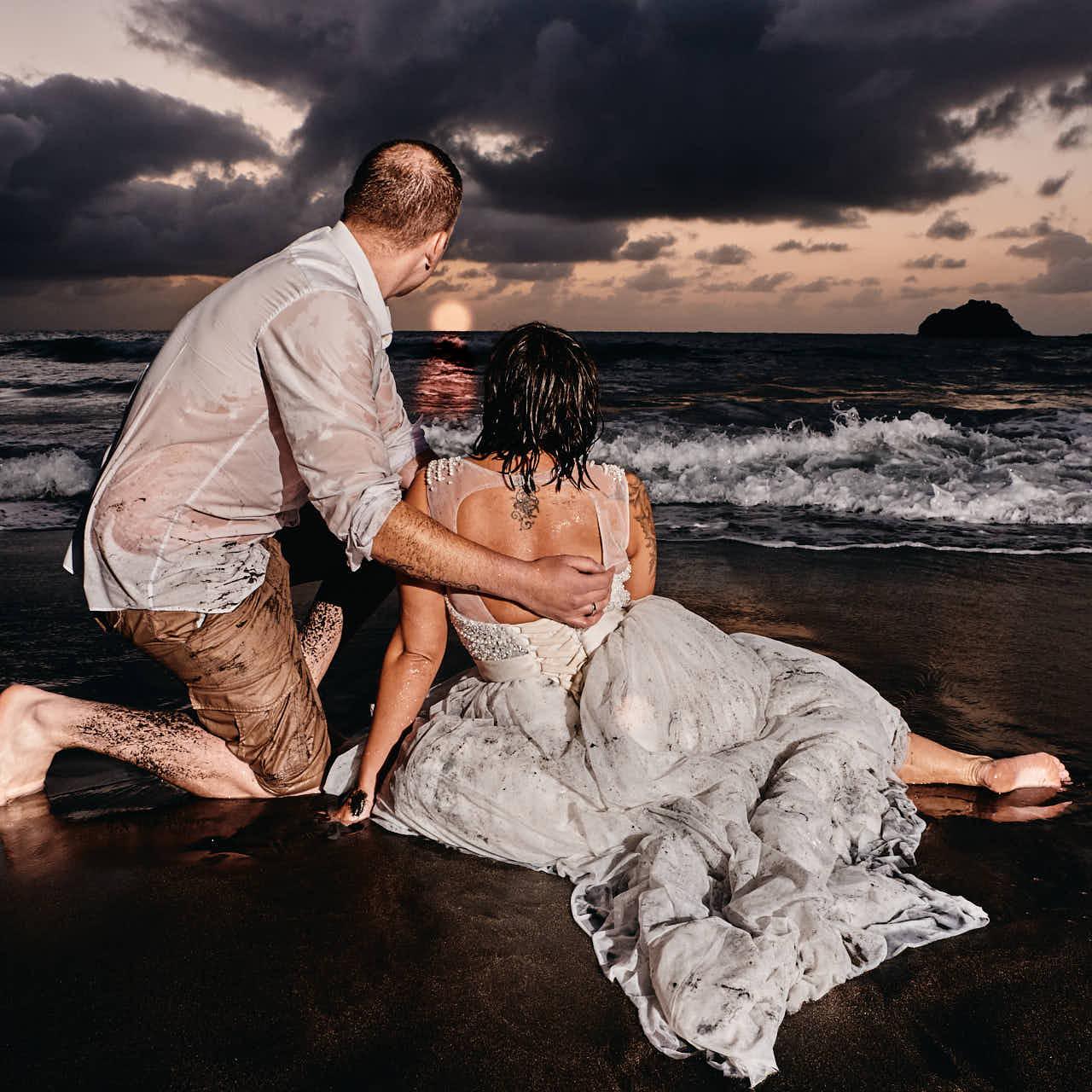 Braut und Bräutigam genießen nach dem Trash the Dress den Sonnenuntergang an der Playa de Benijo