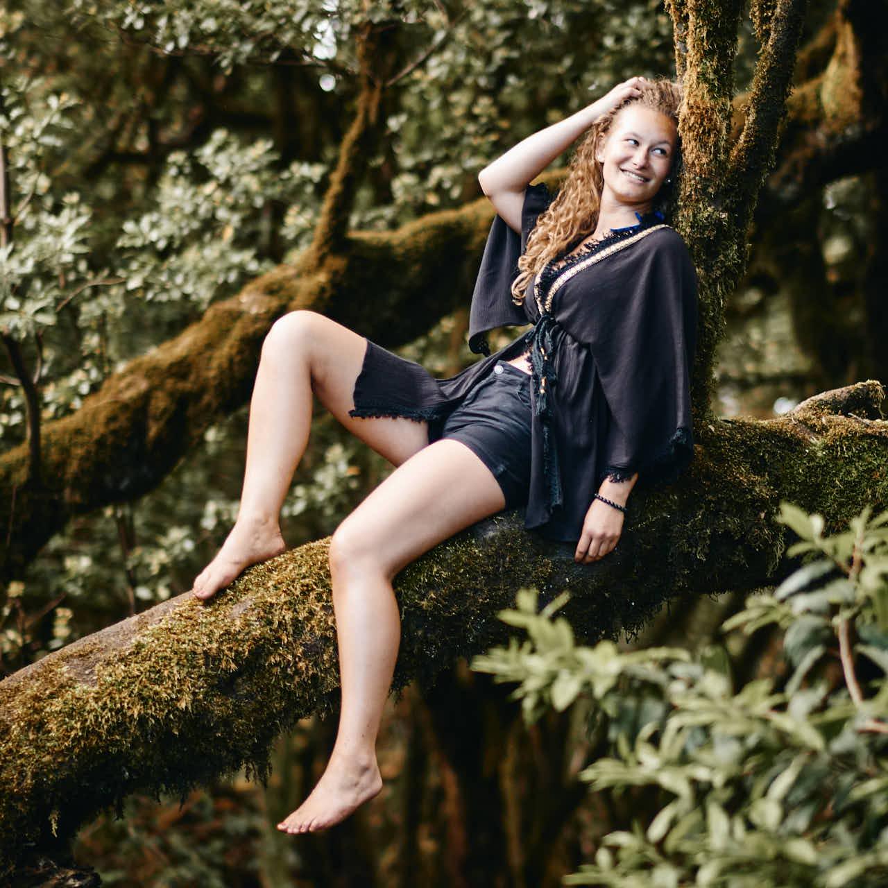 Mädchen genießt die Natur des Märchenwaldes beim Fotoshooting