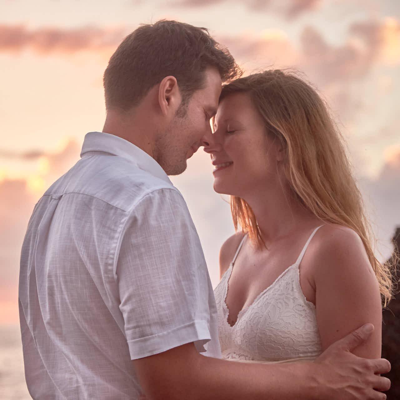 Verliebtes Paar steht in Puerto de la Cruz auf Teneriffa beim Fotoshooting