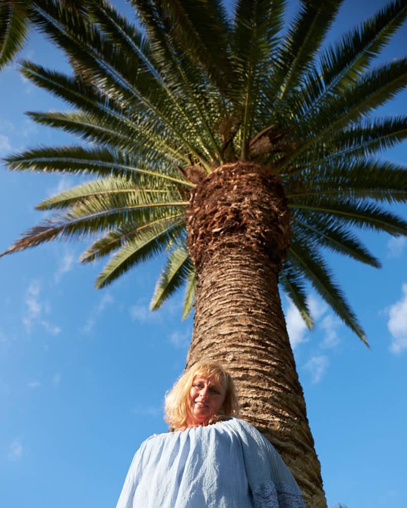 Portrait unter einer Palme am Strand der Kanarischen Inseln