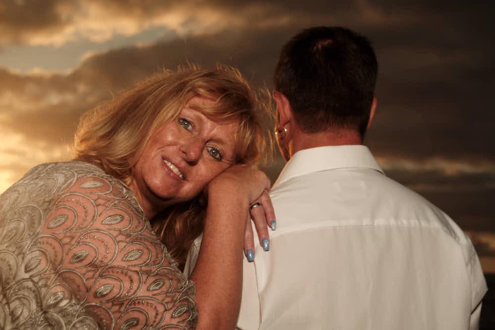 Fotoshooting zur Silberhochzeit auf Teneriffa im Sonnenuntergang am Strand