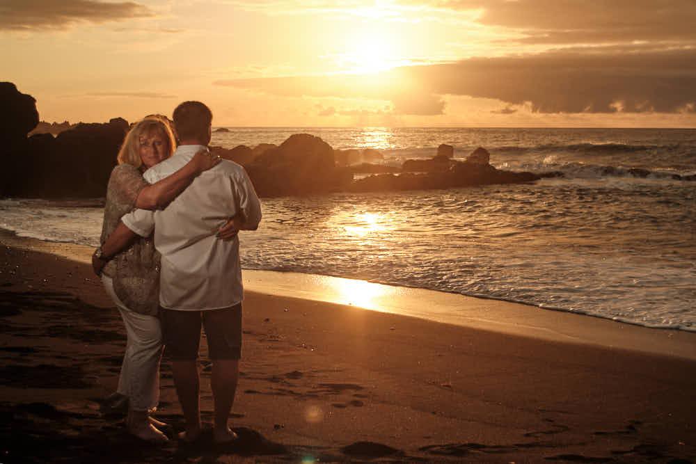 Pärchen genießt Sonnenuntergang mit professionellem Fotoschooting von Deutscher Fotograf Kanaren auf Teneriffa