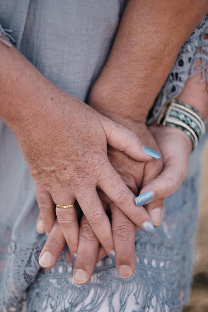 Nahaufnahme der Hand mit Ehering beim silbernen Afterwedding Shooting