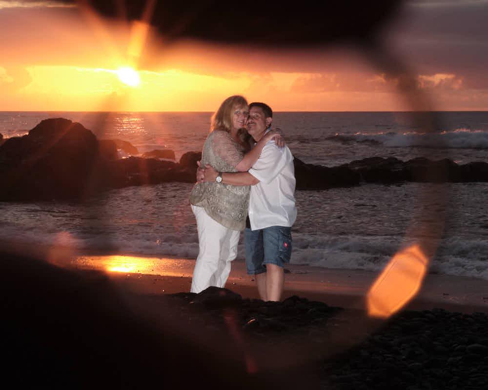 Paar durch den Ehering der Hochzeit am Strand der Kanaren von Deutscher Fotograf Kanaren fotografiert