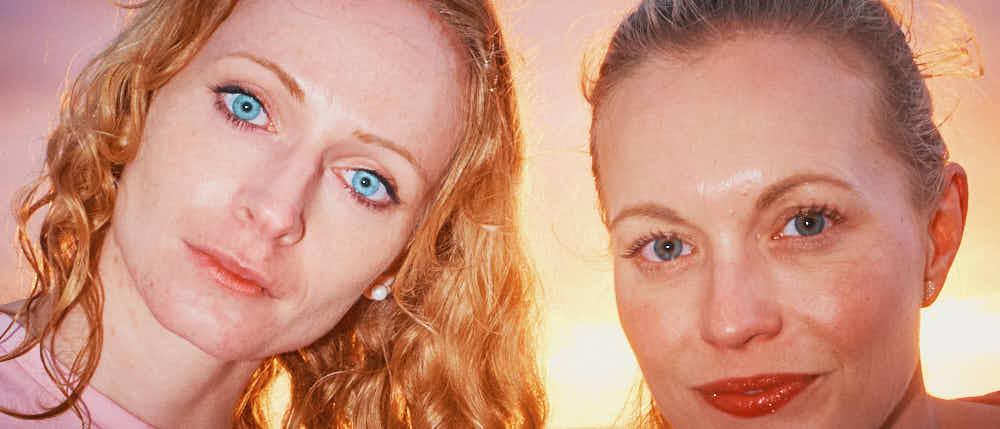 Portraits von zwei Freudinnen am Strand im Sonnenuntergang beim Professionellen Fotoshooting