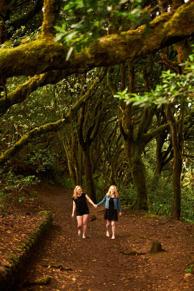 Freundinnen gönnen sich eine Tour mit Fotoshooting im Märchenwald