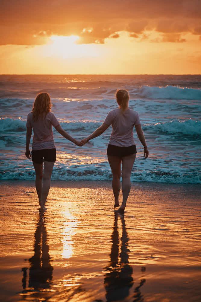 Zwei Freundinnen die sich den Sonnenuntergang auf Teneriffa gönnen und mit einem Fotografen den Moment festhalten