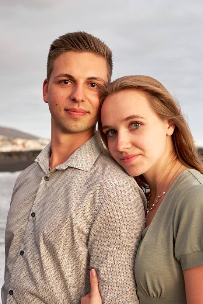 Beim Paarshooting Portraits am Strand machen auf Teneriffa