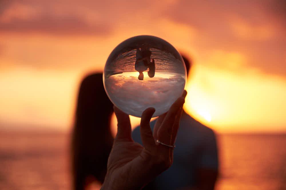 Ein Paarshooting am Strand im Sonnenuntergang mit einem Lensball