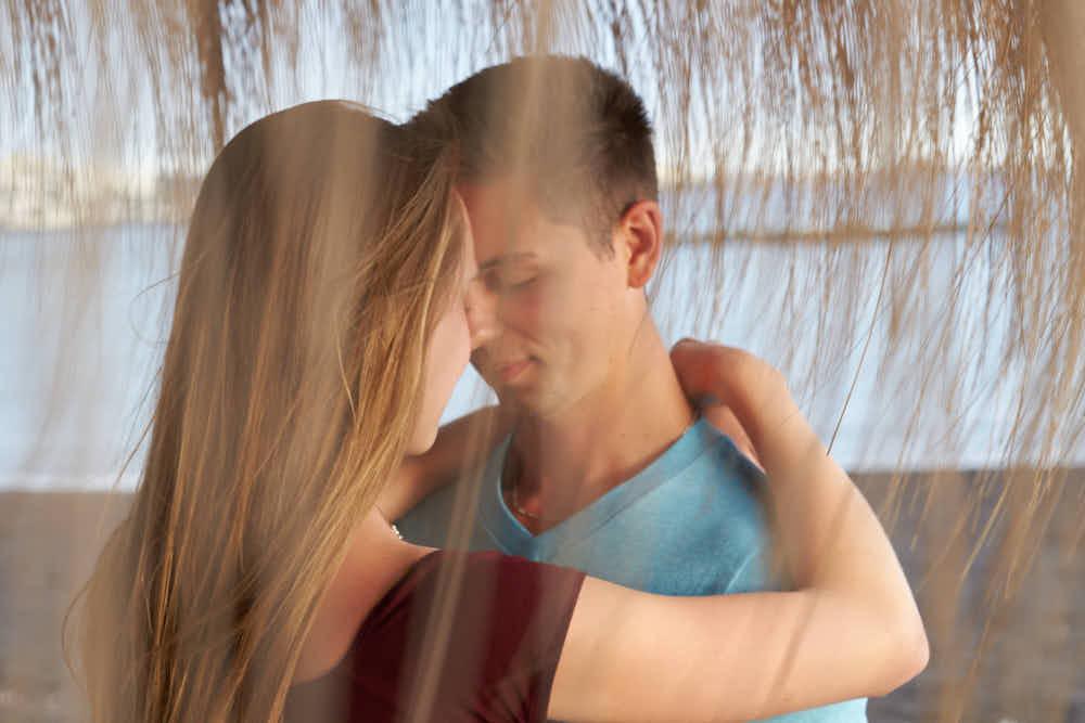 Ein Pärchen geniesst ein Fotoshooting im romantischen Bilder Look an der Playa del Duque