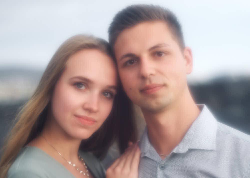 Den Hamilton Look im Shooting am Strand einzubauen gefällt dem Paar