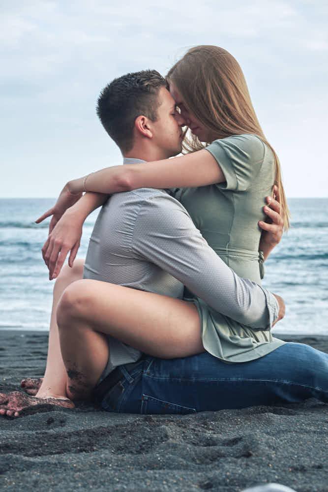 Romantische Bilder am Strand mit einem Paar beim Shooting