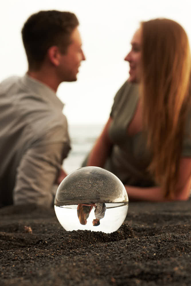 Deutscher Fotograf Teneriffa macht Bilder mit dem Lensball und einem Paar am Strand