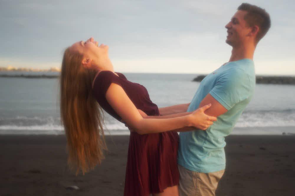 Ela und Chris haben viel Spass mit einem Pärchen am Strand Bilder zu machen