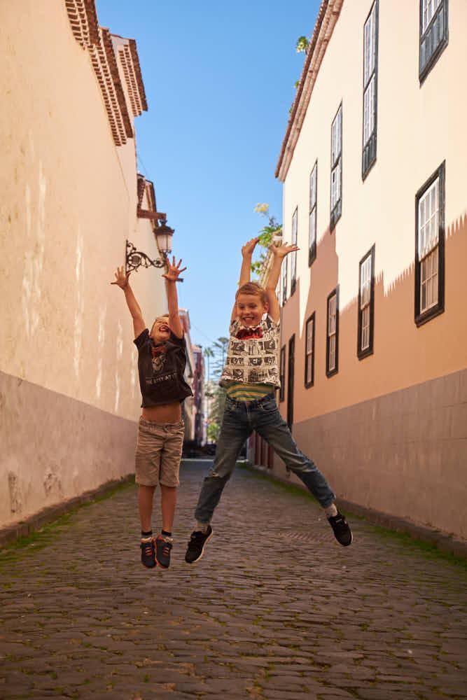Deutscher Fotograf Ela und Chris fotografieren auf Teneriffa die Kinder einer Familie beim Shooting für die Familie