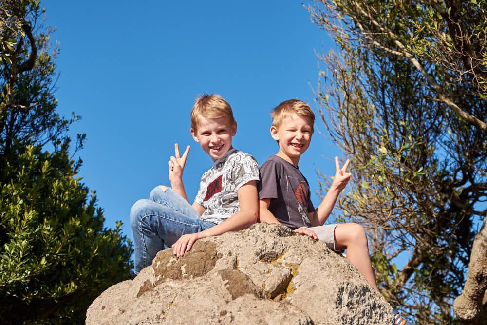 Beim professionellen Fotoshooting auf Teneriffa mit Deutscher Fotograf Ela und Chris haben auch die Kinder in den Berngen Spass