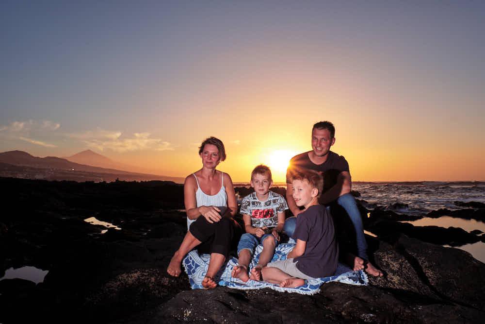 Ela & Chris fotografieren auf Teneriffa eine Familie am Strand in der Nähe des Meeres beim Fotoshooting Familie