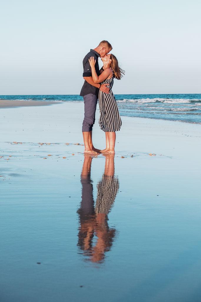 Hochzeitspaar bei Destinationwedding stehen mit Fotograf Ela und Chris Kanaren am Strand im Urlaub
