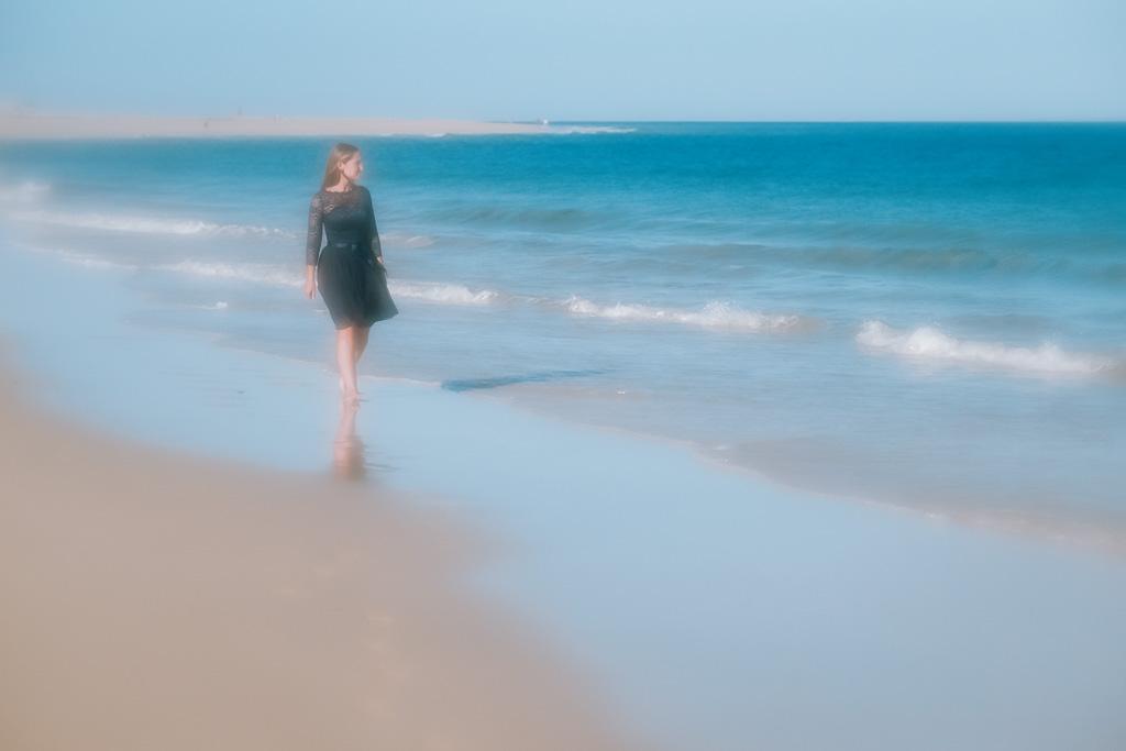 Braut läuft beim Shooting mit Fotograf Kanaren am Strand von Morro Jable im Urlaub