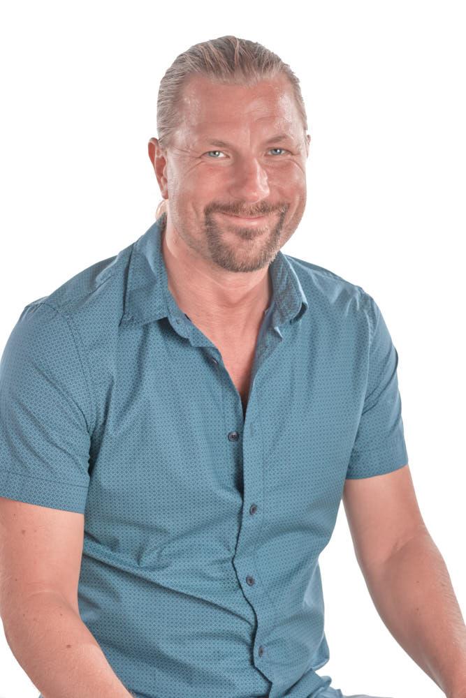 Ela & Chris erstellen einen Headshot auf Teneriffa für einen Business und Life Coach