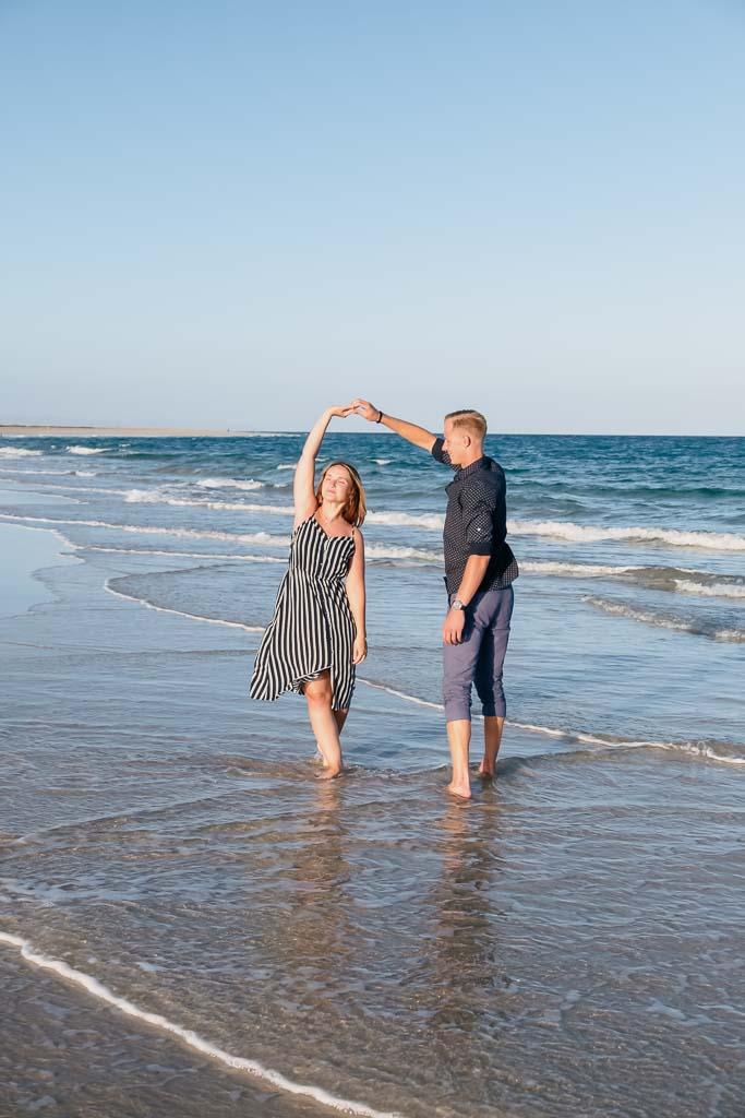 Paarshooting läuft am Strand in der Nähe von Morro Jable Fuerteventura durch das Meer mit Fotografen Ela & Chris