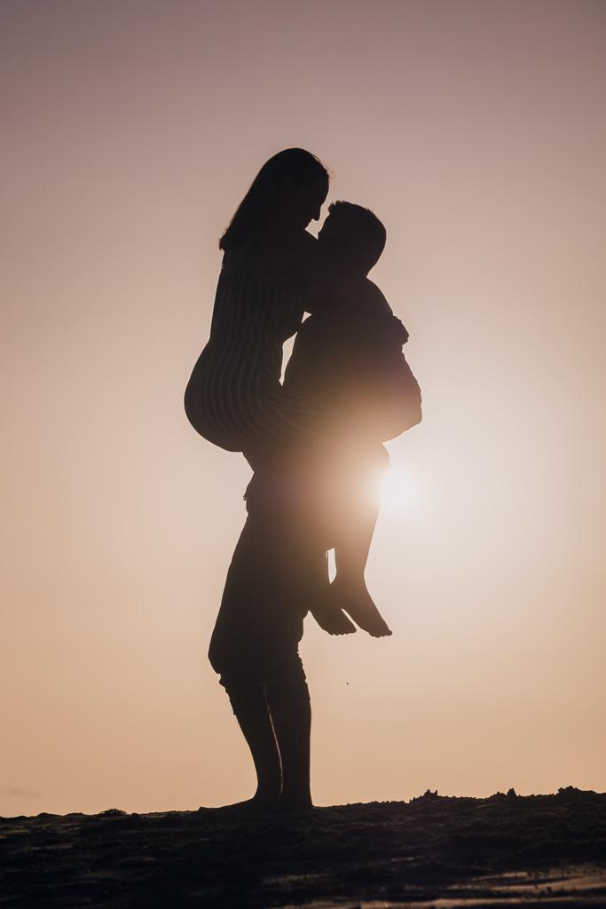 Verliebtes Paar steht beim Fotoshooting in der Nähe von Puerto del Rosario im Sonnenuntergang mit Fotograf Fuerteventura