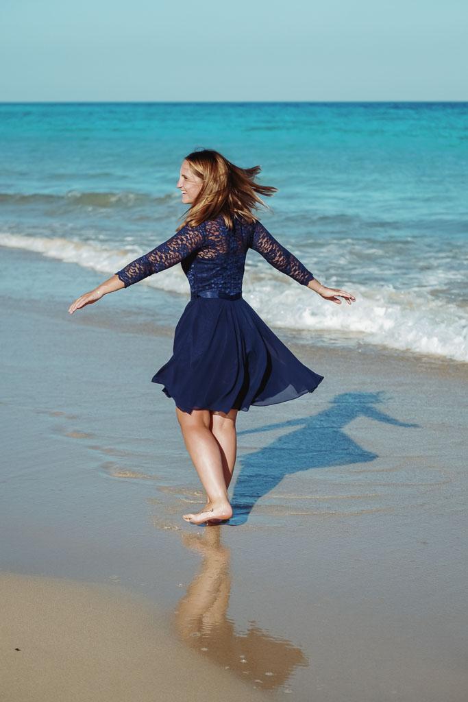 Braut hat Spaß am Shooting mit Fotograf Fuerteventura an der Playa de Jandia
