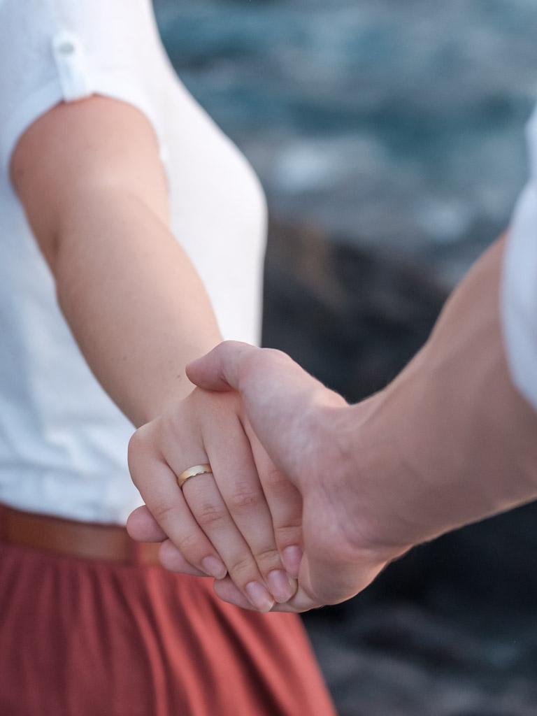 Liebe zeigt die Geste beim Afterweddingshooting auf Teneriffa mit Fotograf Ela und Chris