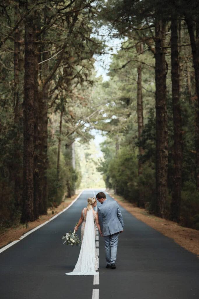 Hochzeitspaar läuft beim Afterwedding Shooting mit Fotograf Ela und Chris durch die Pinienwälder