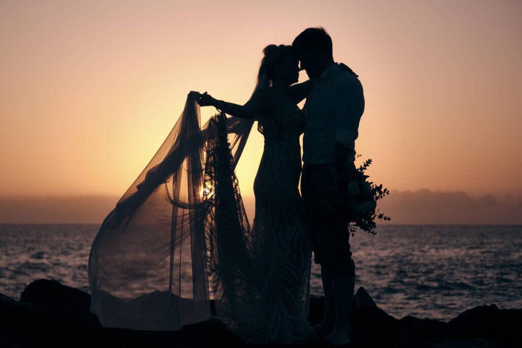 Im Sonnenuntergang feiert sich das Afterwedding mit Trash the Dress ganz trefflich in der Begleitung mit Deutscher Fotograf Ela und Chris, ob am Strand, im Gebirge oder sonst wo