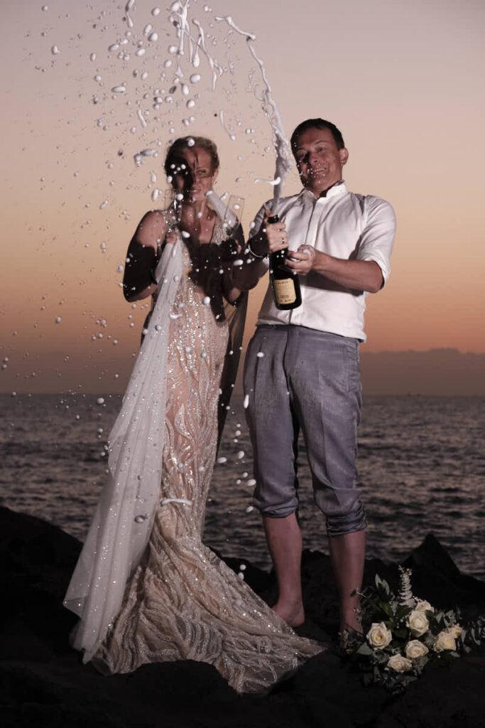 Zum Feiern hat das Brautpaar beim Afterwedding mit Ela und Chris, Deutscher Fotograf Kanaren allen Grund, wenn Brautkleid und Champagner im Sonnenuntergang glänzen