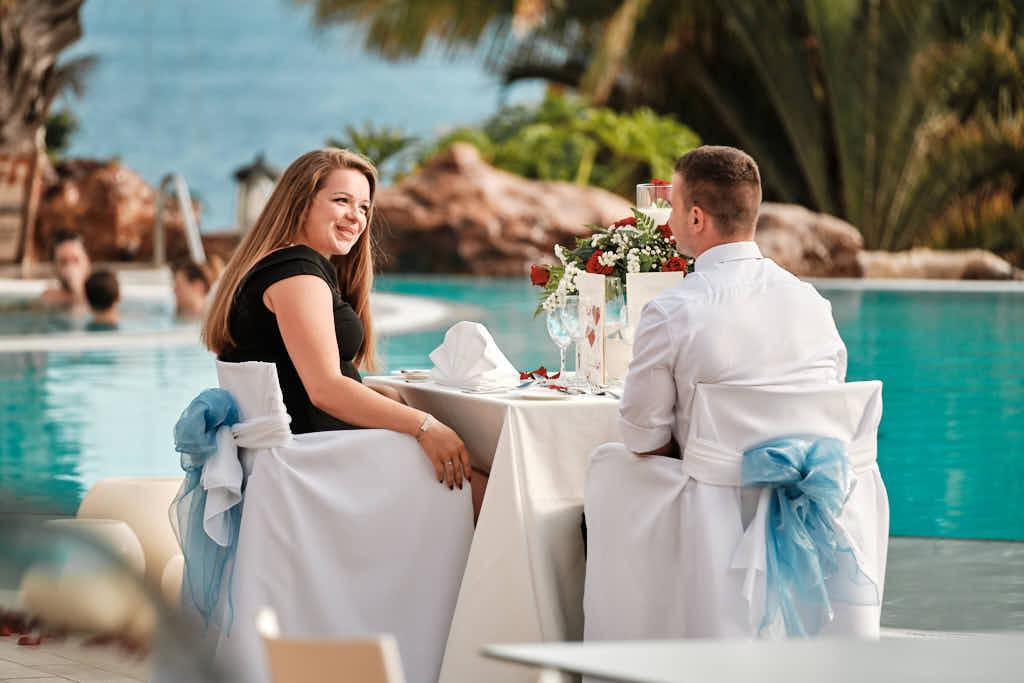 Er erzählt Ihr von Deutscher Fotograf Ela und Chris nach der Verlobung beim Diner