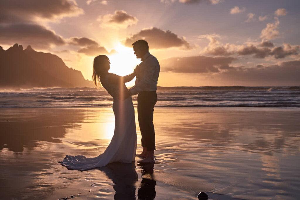 Umarmung beim Fotoshooting mit Fotograf Ela und Chris auf Teneriffa und den kanarischen Inseln