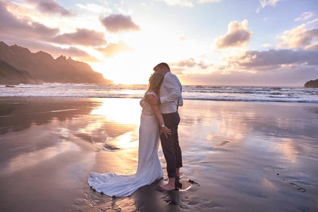 Hochzeitspaar genießt den Sonnuntergang beim Fotoshooting mit Deutscher Fotograf Ela und Chris