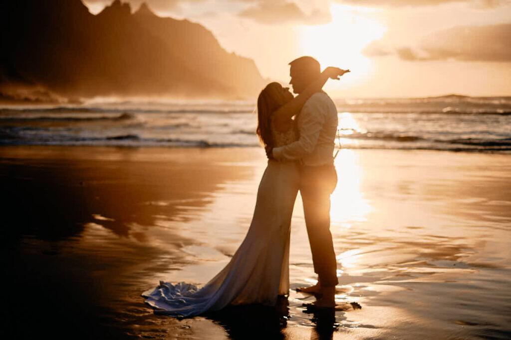 Braut und Bräutigam umarmen sich auf der Hochzeitsreise auf Teneriffa beim Fotoshooting mit Deutscher Fotograf Ela und Chris