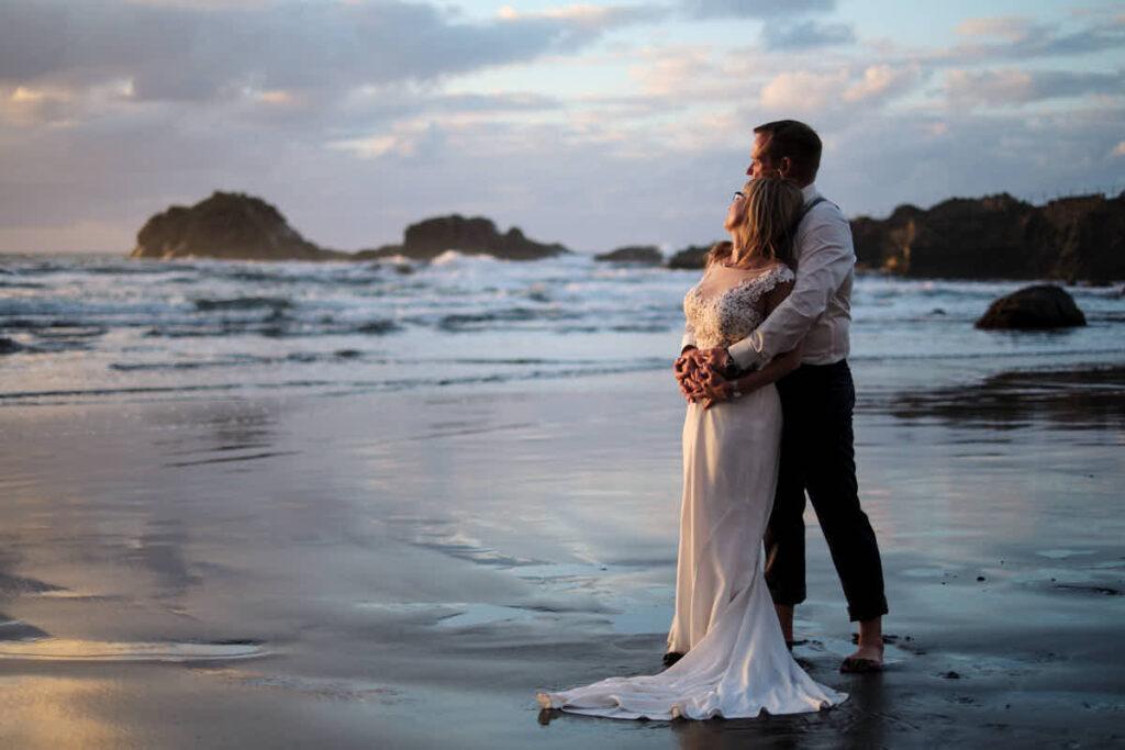 Das Hochzeitspaar genießt den Moment beim Hochzeitsshooting auf Teneriffa und das Afterweddingshooting