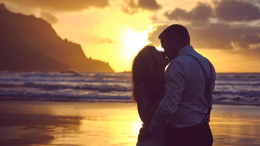 Kuss im Sonnenuntergang beim Afterweddingshooting auf Teneriffa während der Hochzeitsreise fotografieren Fotograf Ela und Chris