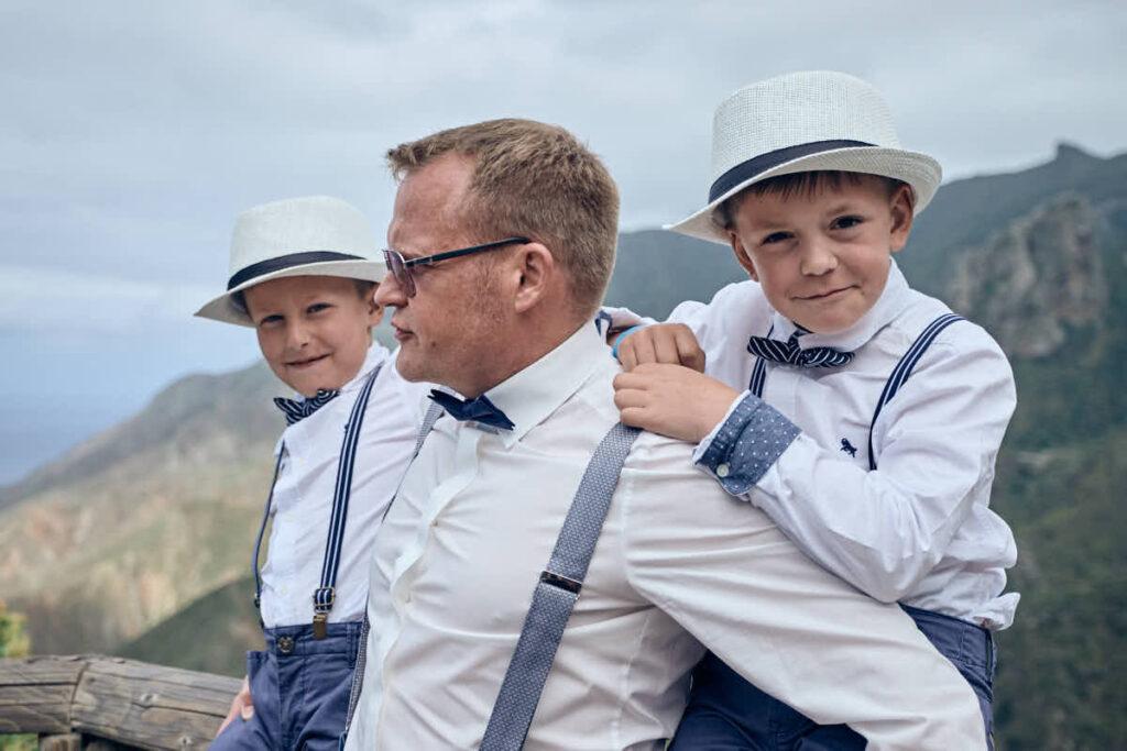 Vater und Söhne sind bei der Hochzeitsreise und dem Afterwedding mit Fotograf Ela und Chris auf Teneriffa dabei