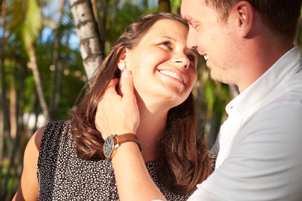 Verliebte Eltern genießen das Babybauch Fotoshooting mit Fotograf Ela und Chris