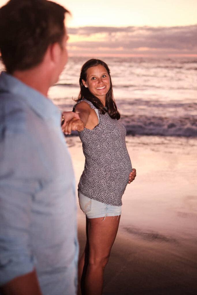 Mutti hält beim Fotoshooting mit Deutscher Fotograf Ela und Chris den Babybauch