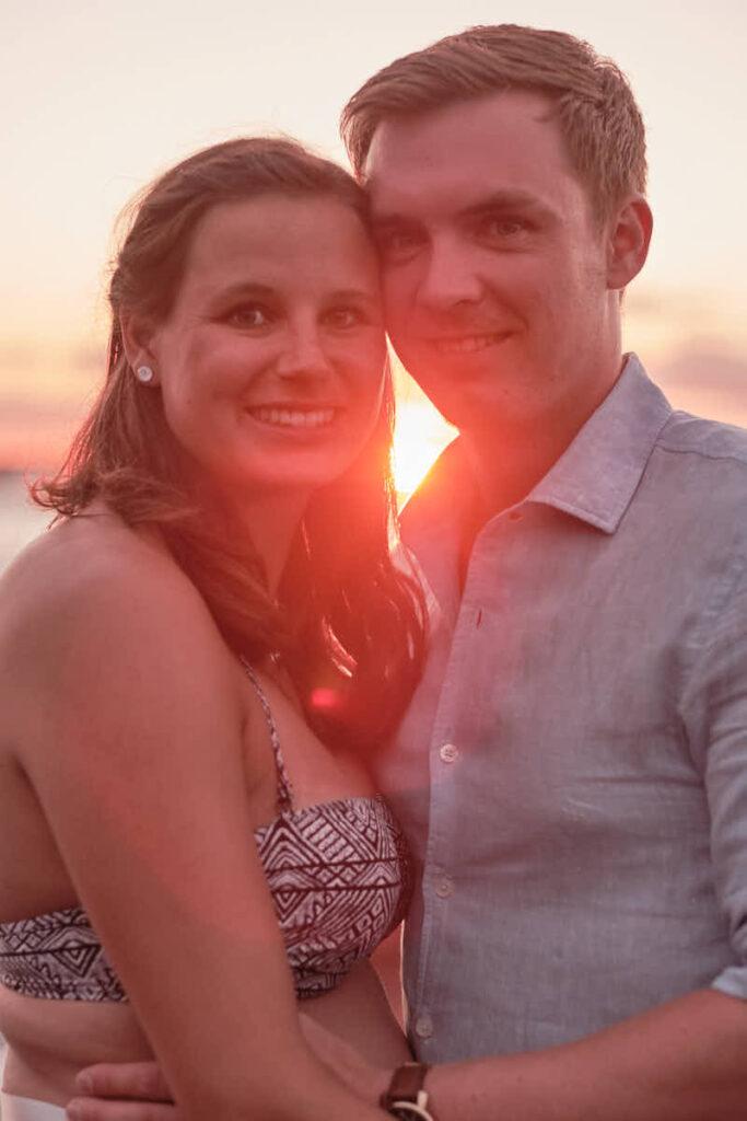 Deutscher Fotograf Ela und Chris Teneriffa fotografieren einen Babybauch in Puerto de la Cruz am Strand im Sonnenuntergang
