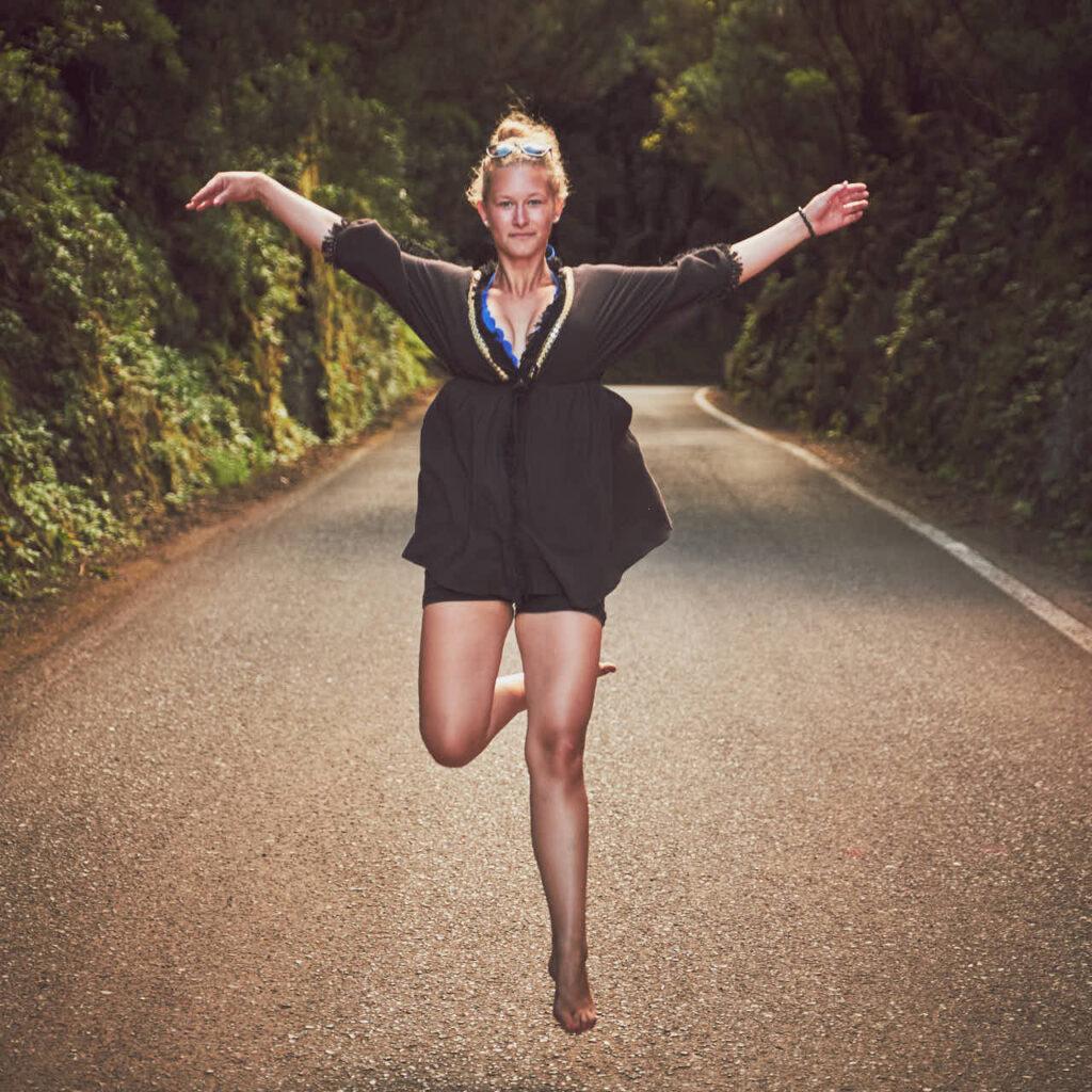 Single genießt das Fotoshooting im Urlaub auf Teneriffa mit Deutscher Fotograf Ela und Chris barfuss