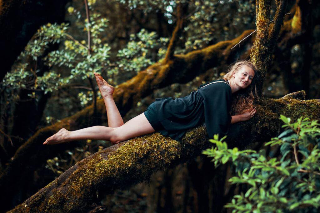 Fotoshooting Single Teneriffa kann auch bedeuten mit Ela & Chris auf einen Baum im Anaga Gebirge zu klettern