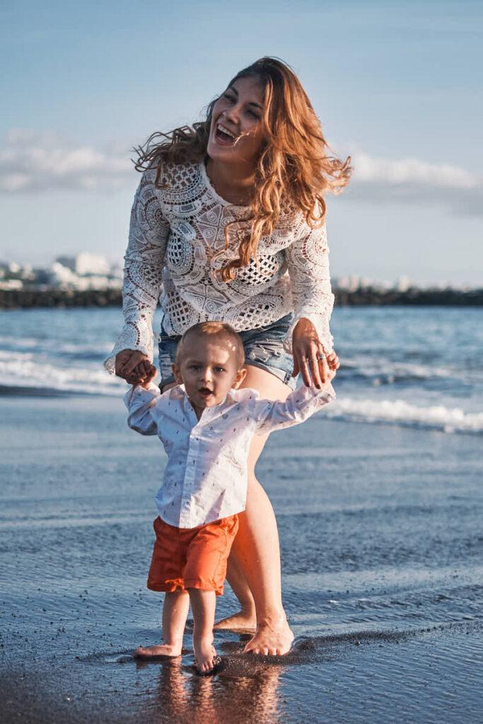Mutter und Sohn lieben es ein Familienshooting bei Deutscher Fotograf Ela und Chris im Urlaub am Strand machen zu können