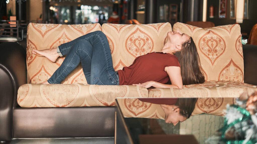 Barfuß Businessfrau genießt das Businessshooting in der Hotellobby, bei dem Bilder für die Website der Lifecoach entstehen, die Profifotograf Deutscher Fotograf Ela und Chris fotografiert