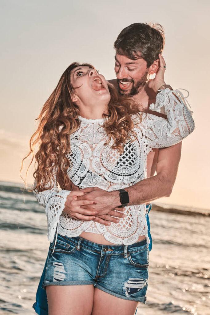 Eltern haben viel Spaß beim Shooting für die Familie am Strand im Urlaub mit Deutscher Fotograf Ela und Chris