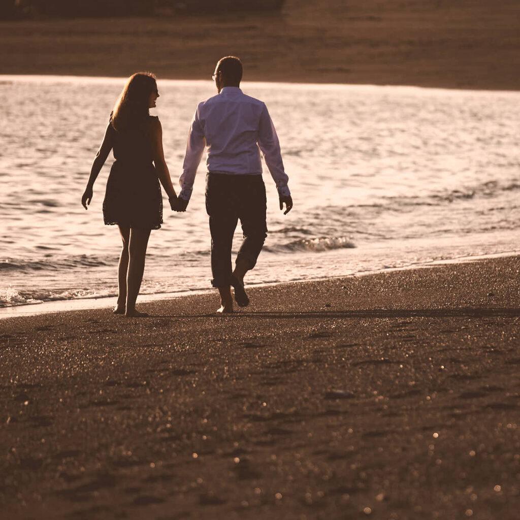 Pärchen läuft am Strand von Adeje auf Teneriffa beim Fotoshooting mit Deutscher Fotograf Ela und Chris