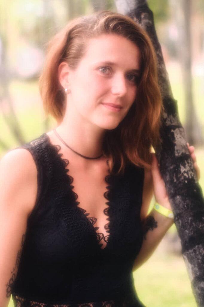 Single lehnt beim Fotoshooting auf Teneriffa mit Deutscher Fotograf Ela und Chris im David Hamilton Blur am Baum