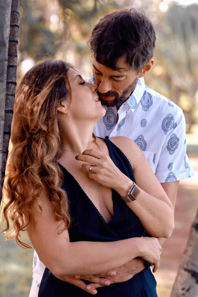 Die verliebten Eltern küssen sich beim Shooting am Strand mit Deutscher Fotograf Ela und Chris im Urlaub